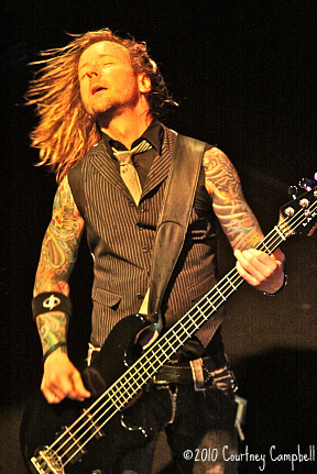photo-Stevie-Benton-bass-player-Drowning-Pool